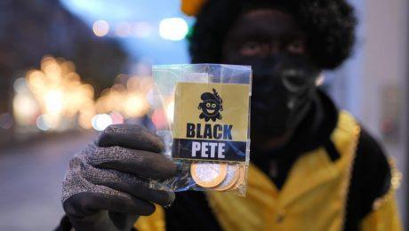 Vlaams Belang Jongeren verkleden zich in Zwarte Piet en delen 6.000 cadeautjes uit