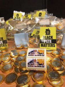 Vlaams Belang Jongeren voeren actie en delen cadeautjes uit