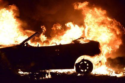 Dagelijks kantoren of voertuigen van politie beschadigd