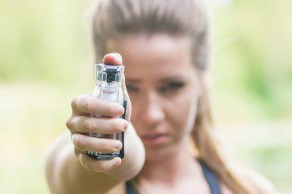 """8/10 vrouwen voelt zich geïntimideerd: """"Legaliseer pepperspray!"""""""