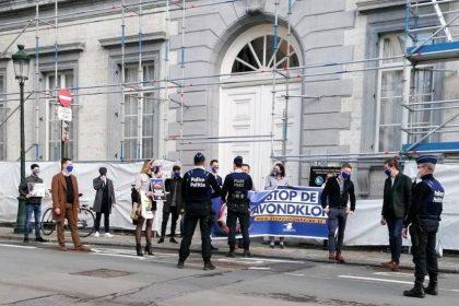 """""""Stop avondklok"""": Vlaams Belang Jongeren betogen bij aanvang Overlegcomité"""