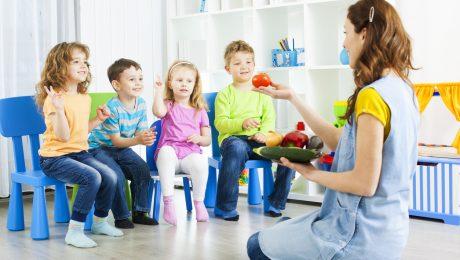 Maak van kinderverzorgers volwaardige spelers in ons kleuteronderwijs