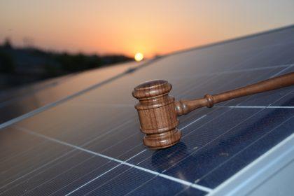 """Gedupeerde zonnepaneeleigenaars die naar rechtbank stappen krijgen geen compensatie: """"Chantage en rechtsbelemmering!"""""""