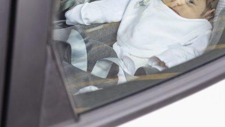 Verplicht kinderzit-alarm om achtergelaten kinderen in snikhete wagens te vermijden, weggestemd