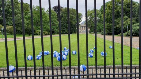 """VBJ gooit strandballen in koninklijke tuin in Laken: """"Waarom mogen we hier onze ballen niet terughalen?"""""""